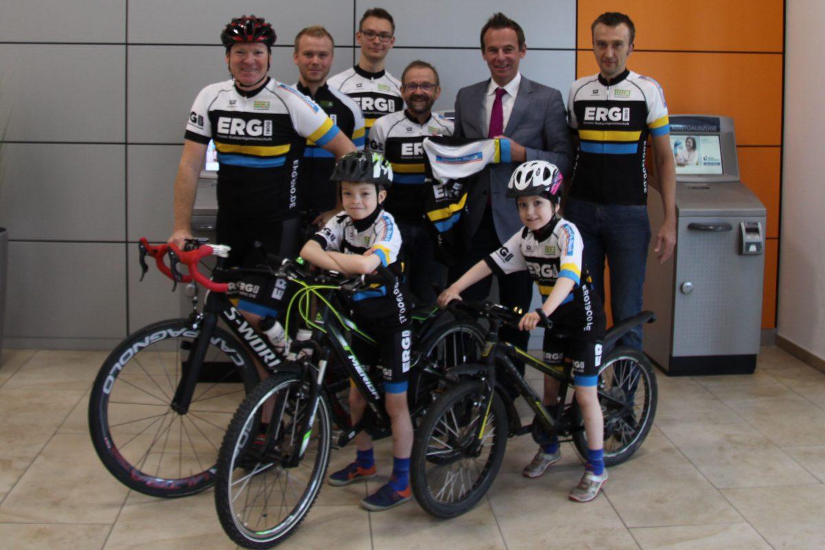 Stefan Dunkel von der Sparda-Bank West eG und Mitglieder der Essener Radsportgemeinschaft präsentieren die neue Trikotage
